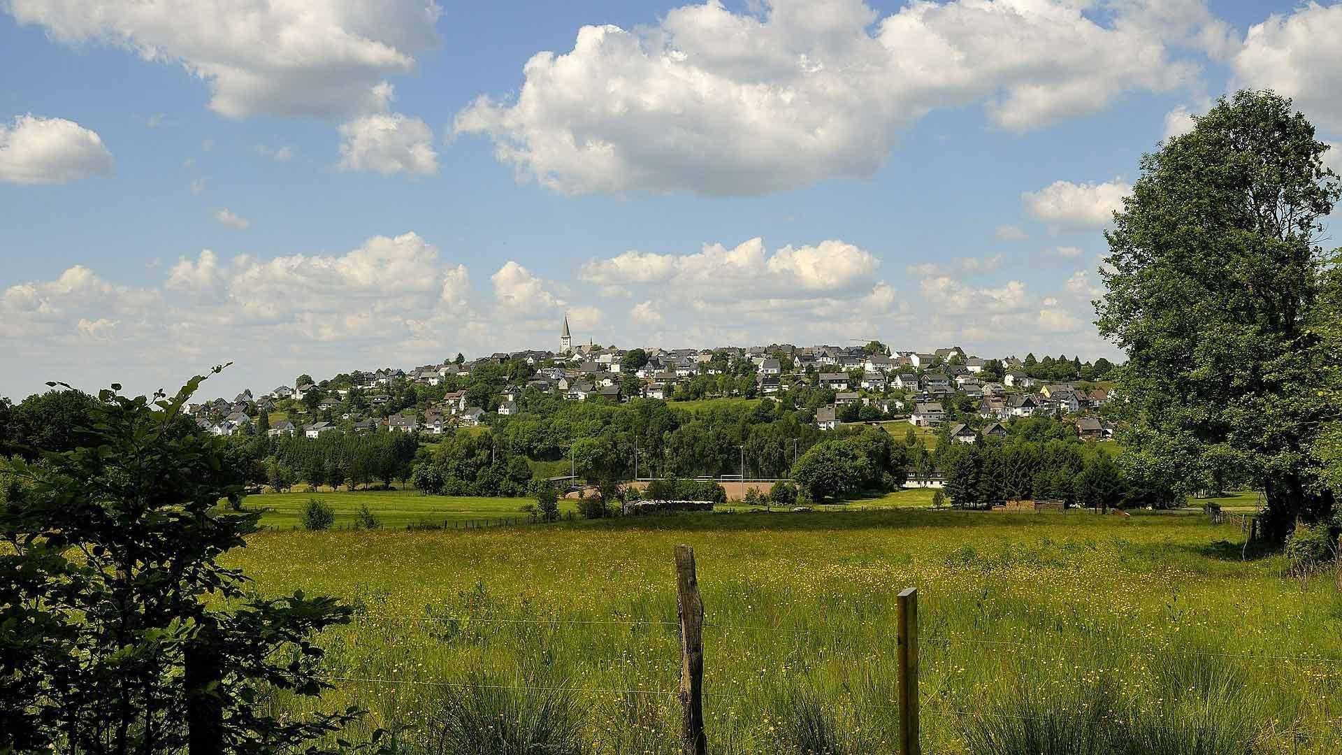 Uitzicht op Arnsberg vanaf de Ruhrtalradweg in het Sauerland