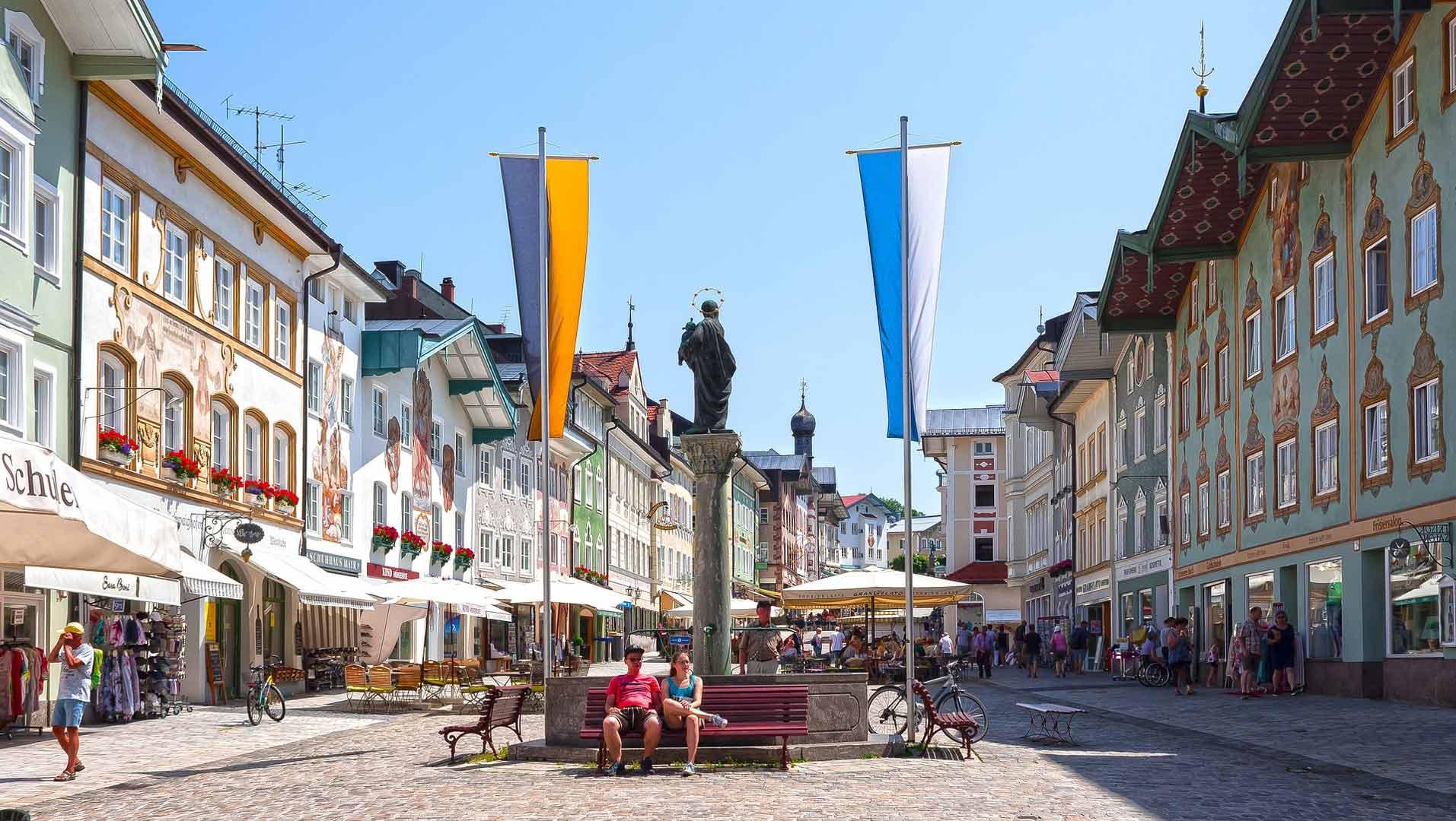 De historische marktstraat van Bad Tölz is een bezoek waard