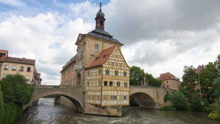 Het Alte Rathaus in Bamberg ligt op een eilandje in de rivier de Regnitz