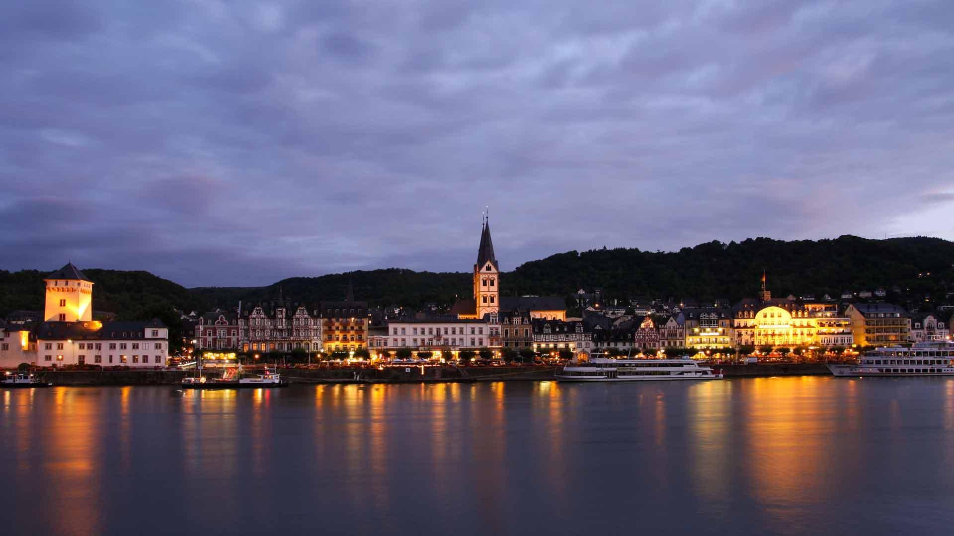 ´s Avonds reflecteert de promomade van Boppard mooi in de Rijn. .