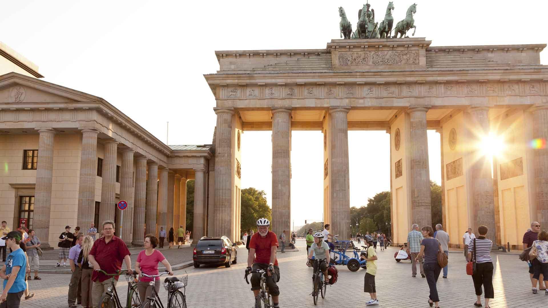 Met de fiets onder het Brandenburger Tor door.