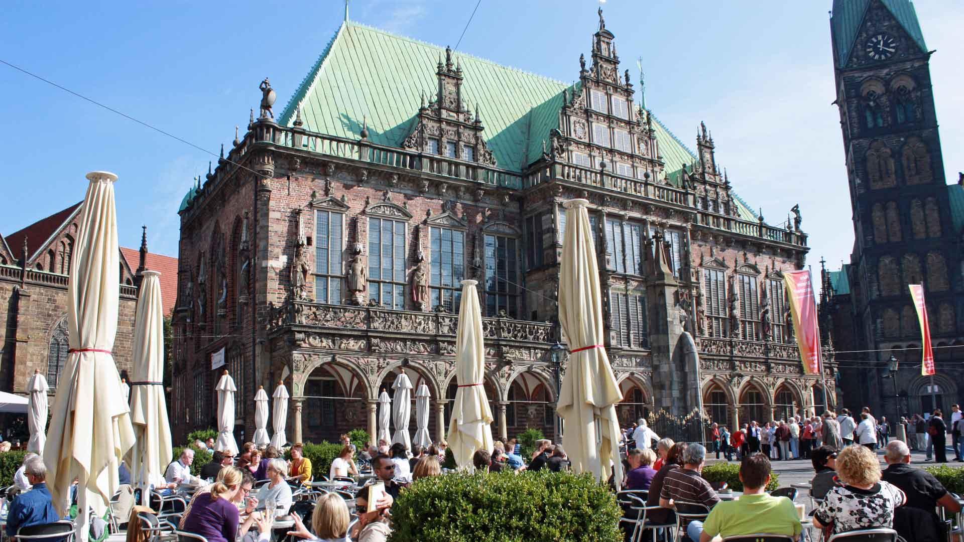 Op de markt voor het stadhuis van Bremen zijn leuke terrasjes. © fietsvakantie-duitsland.nl
