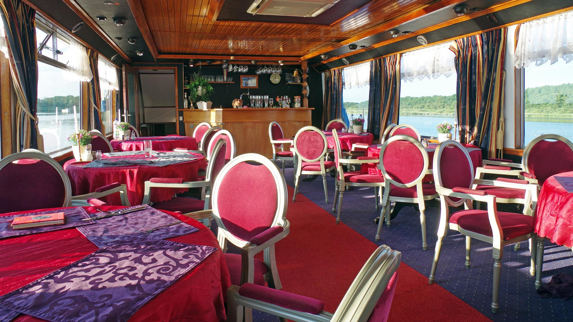 De gezellige bar van MS Gretha van Holland. © SE-Tours