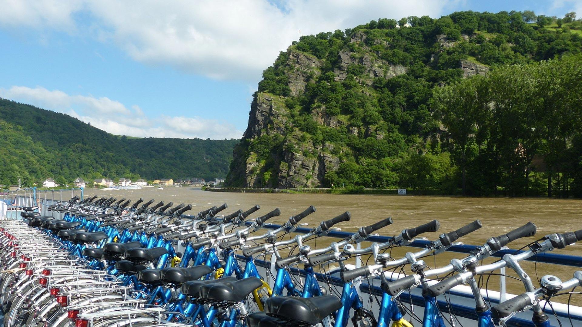 Fietsen op het dek tijdens de fiets-vaarvakantie op de Rijn met op de achtergrond de Loreley. © SE-Tours