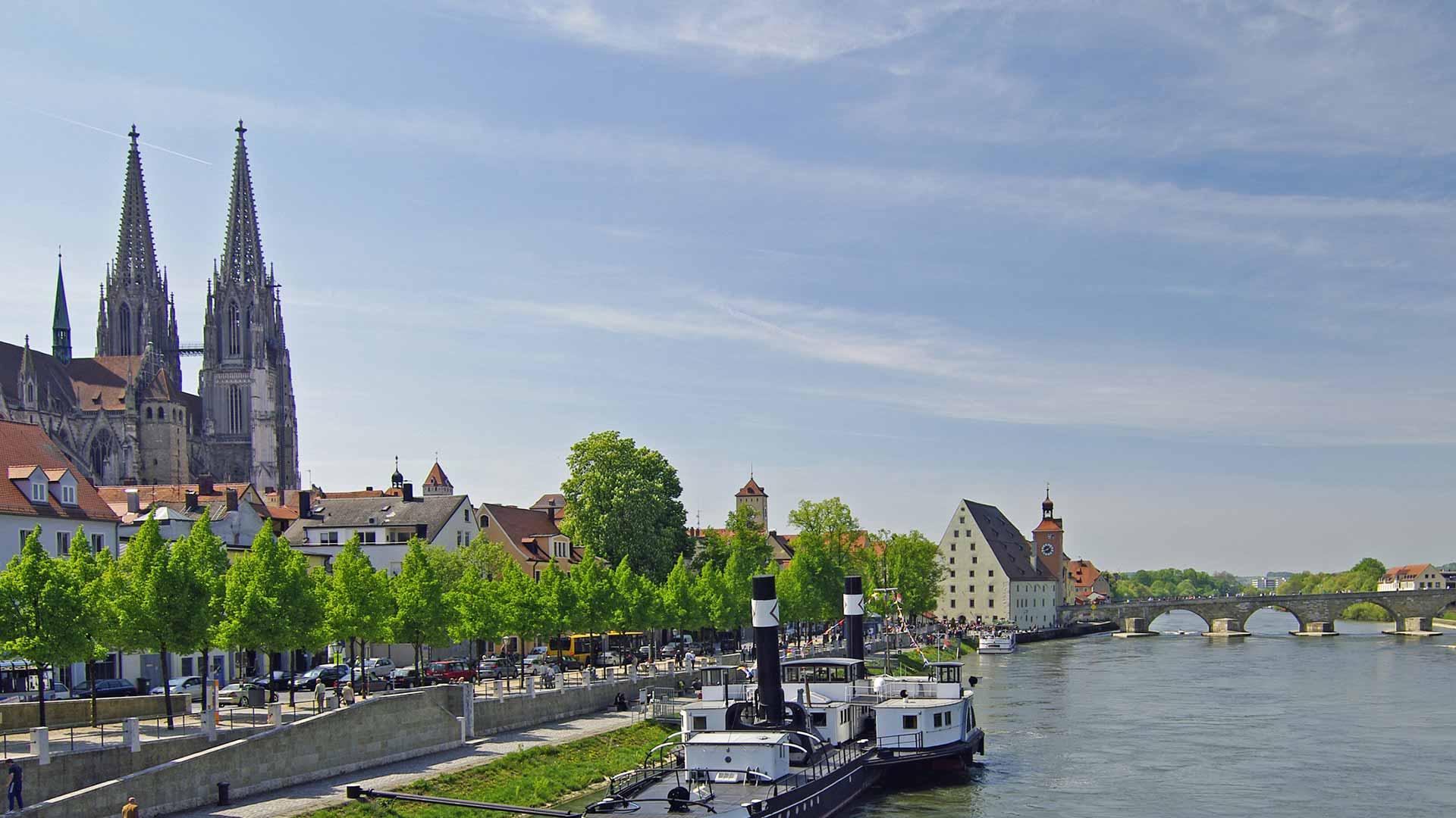 De stad Regensburg ligt bijzonder fraai aan de Donau.