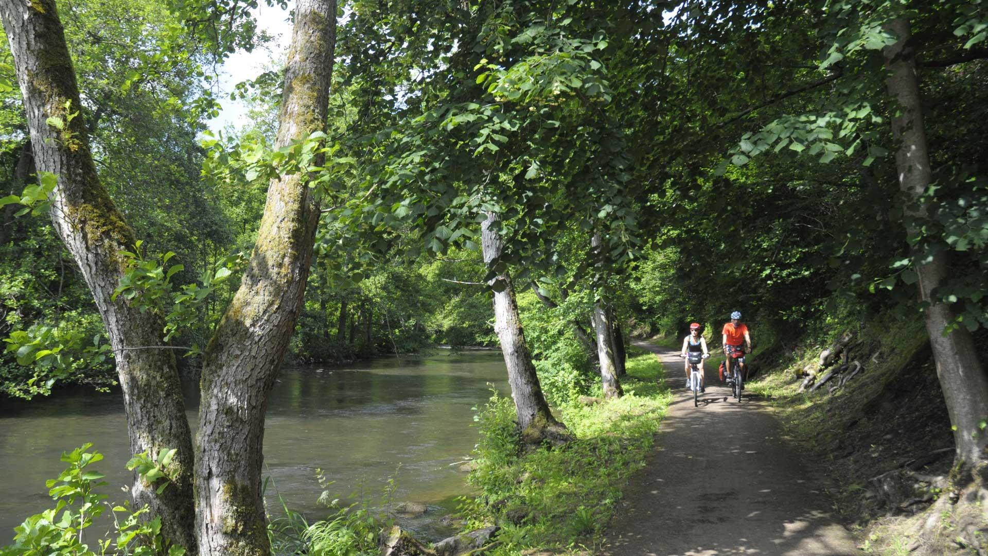 Fietsen langs de Kyll in de Eifel.