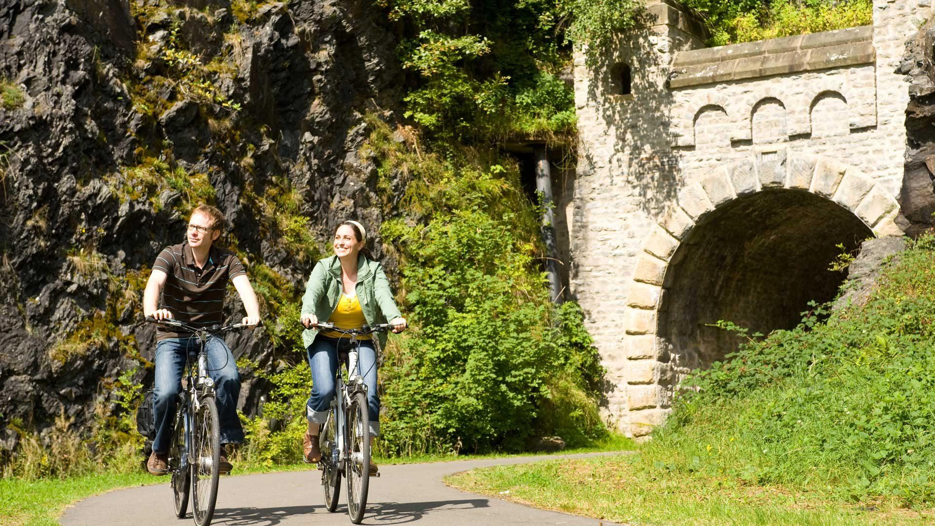 In de Eifel kun je goed fietsen over stilgelegde spoorlijnen.