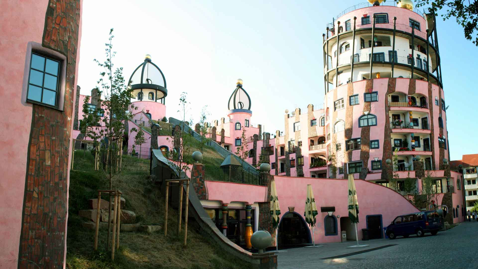 Die Grüne Zitadelle in Magdeburg van de architect Hundertwasser trekt veel bekijks.