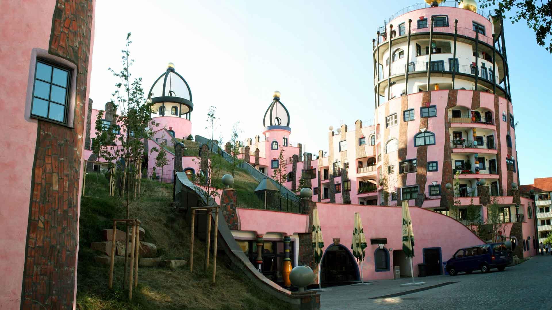 Die Grüne Zitadelle van de architect Hundertwasser is het trekpleister in Magdeburg.