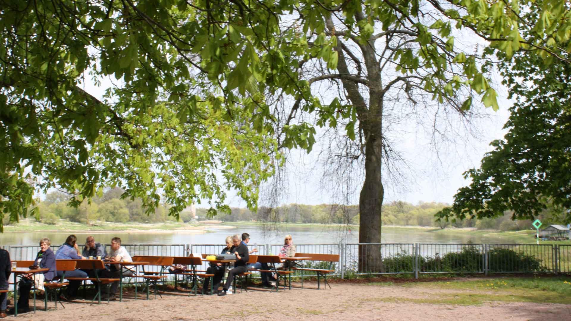 Pauzeren tijdens een fietstocht langs de Elbe bij Dessau.
