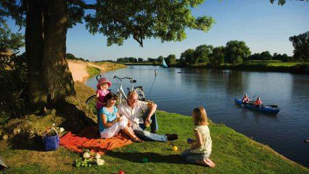 Fietsen op de Emsradweg is ook geschikt voor gezinnen met kinderen.