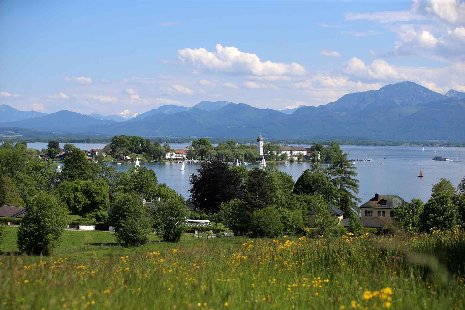 De bekende Fraueninsel in de het grootste meer van Beieren: de Chiemsee