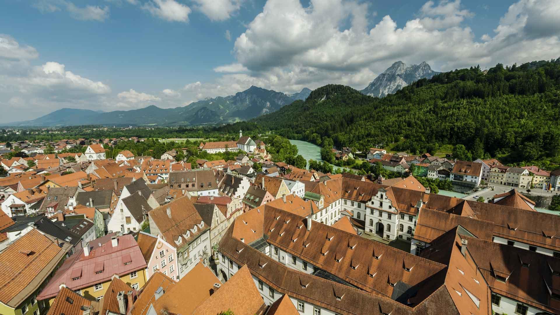 Uitzicht over de daken van Füssen en rivier de Lech.