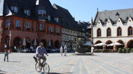 Fietsen in de Harz - Fietser op de markt van Goslar.