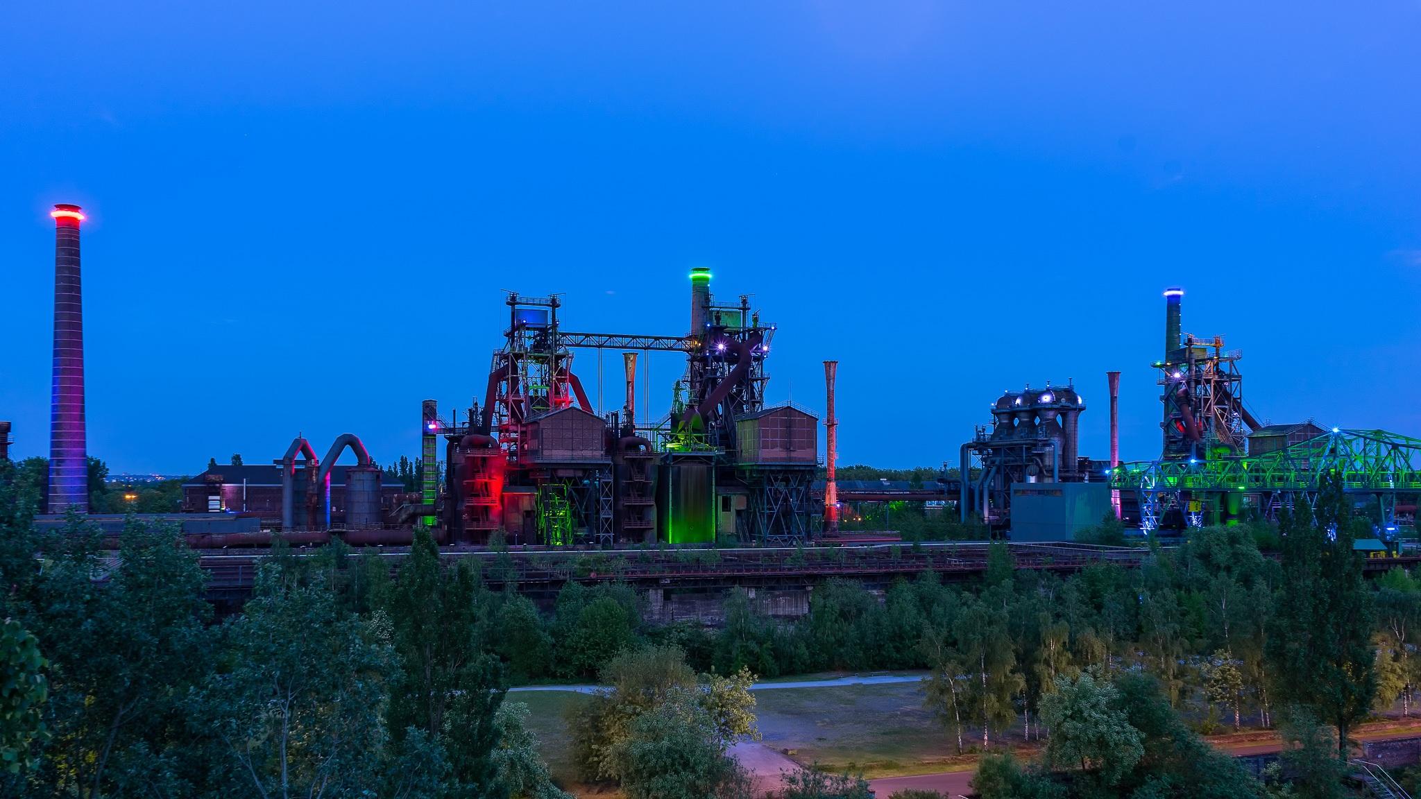´s Avonds worden de oude fabrieksgebouwen in het Landschaftspark Nord in Duisburg bijzonder verlicht.