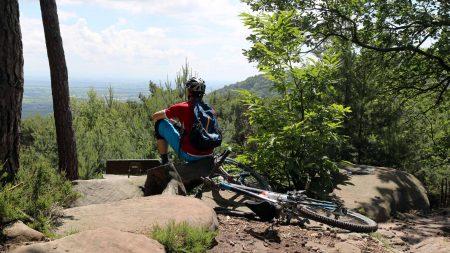 Geniet van het uitzicht tijdens een welverdiende pauze tijdens je mountainbike tocht. .