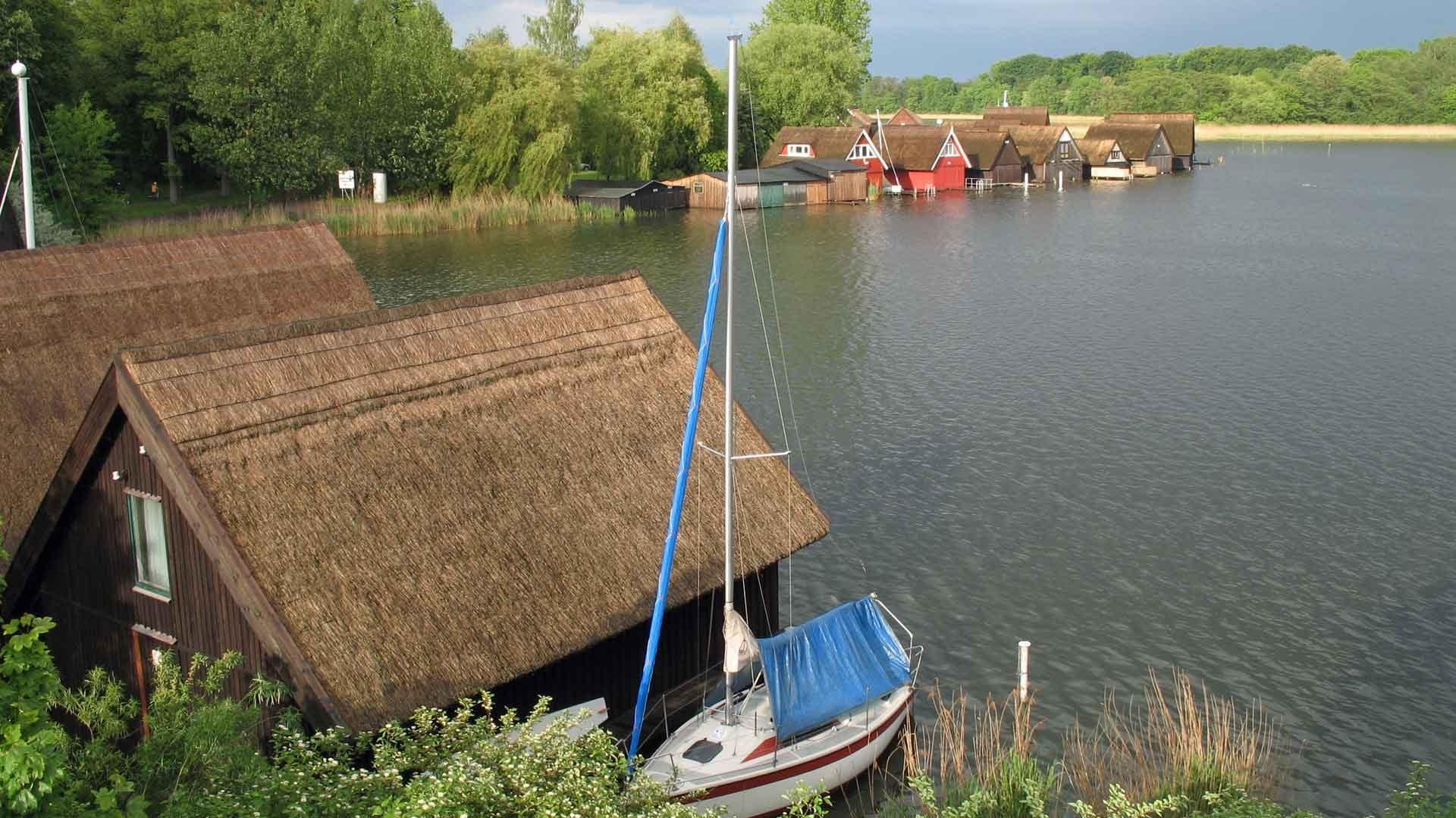 Vissershuisjes in de Müritzsee in het merengebied van Mecklenburg-Vorpommern.