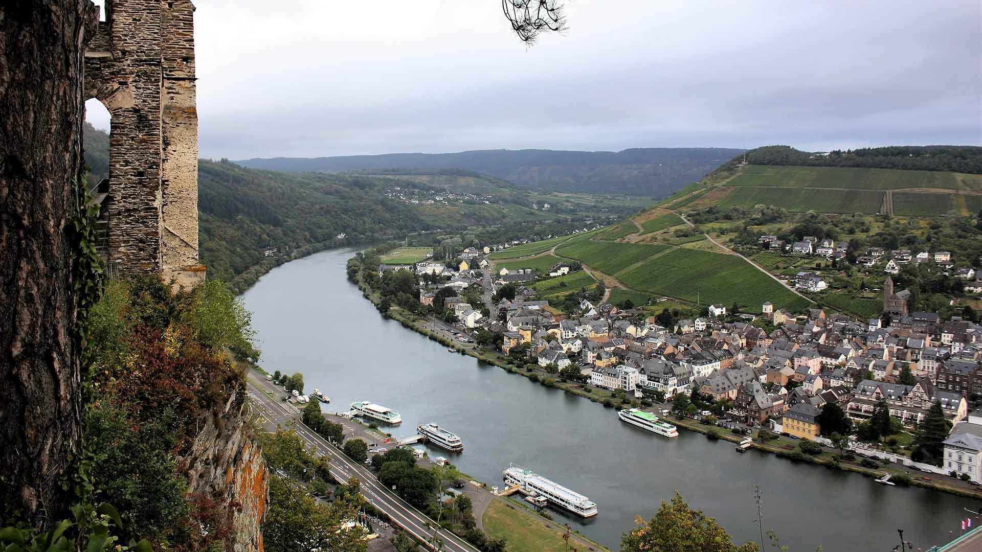 Uitzicht over de Moezel en Bernkastel-Kues.