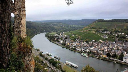 Uitzicht op Bernkastel-Kues aan de Moezel