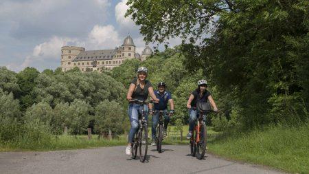 Fietsers met de Wewelsburg op de achtergrond