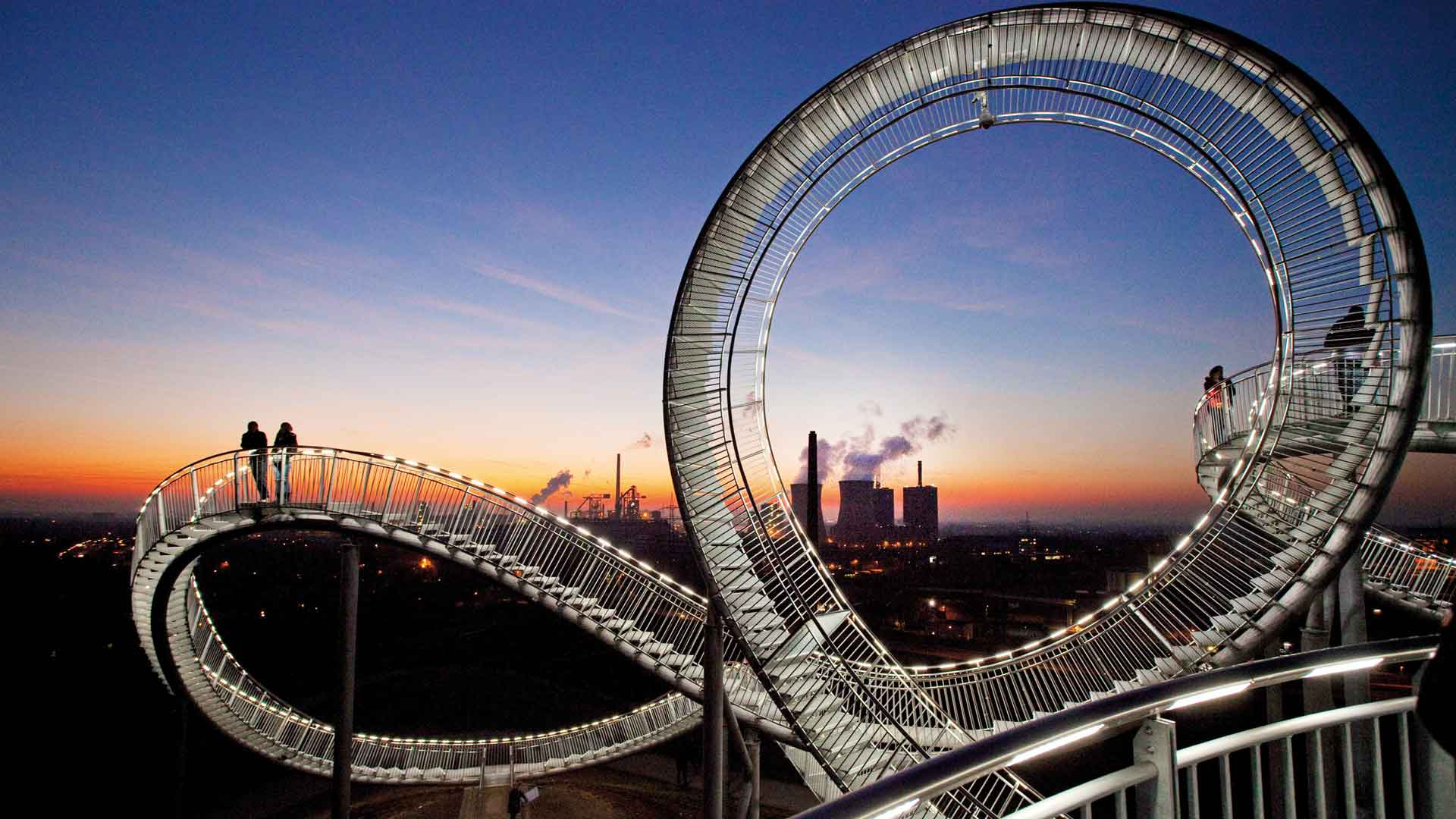 De Tiger & Turtle is een bewandelbare sculptuur in Duisburg.