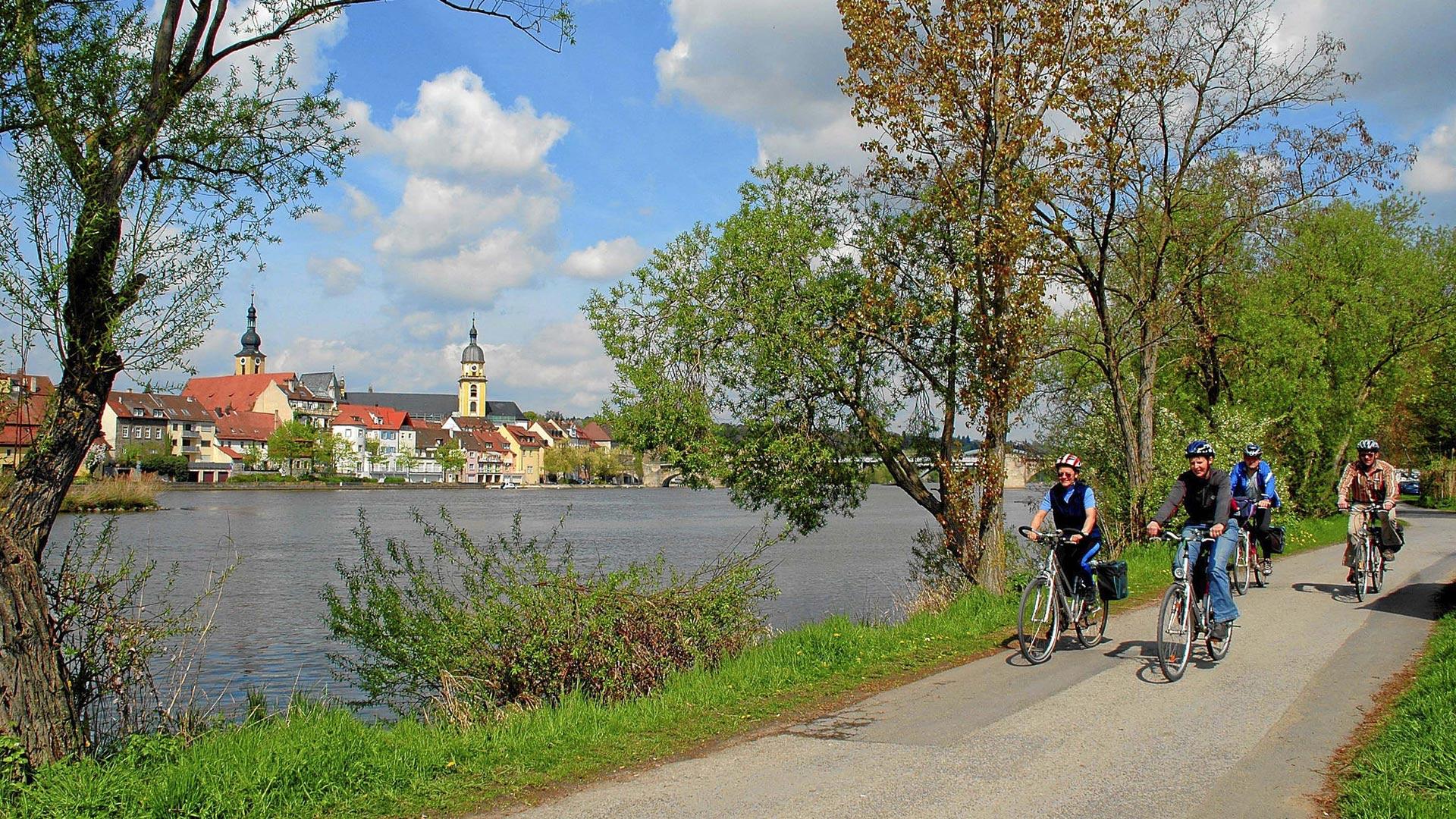 Mainradweg met uitzicht op Kitzingen. © Günter Kittel - SE-Tours
