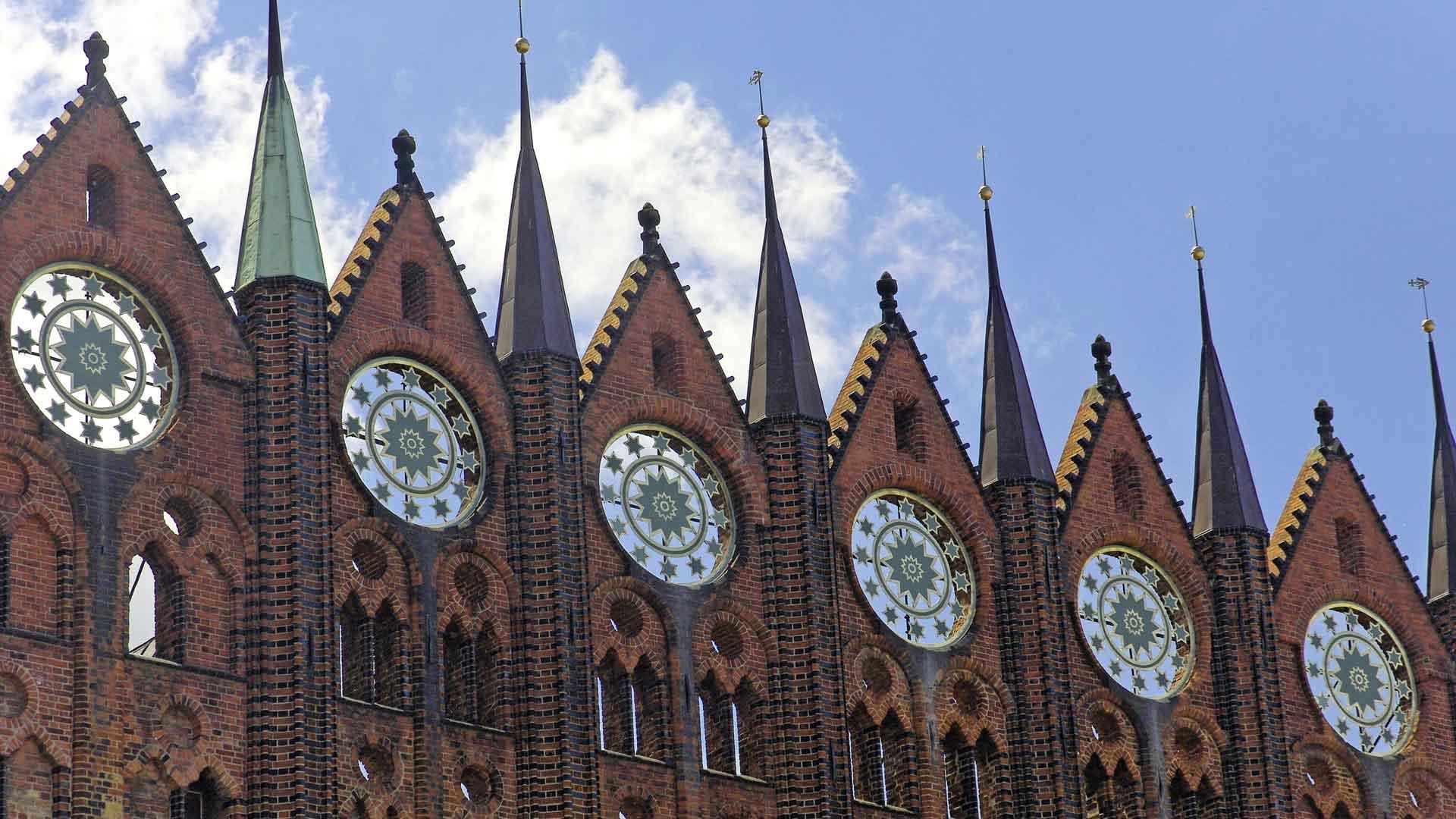 Het stadhuis van Stralsund in de stijl van de baksteengotiek staat op de werelderggoedlijst. © R.-Andreas Klein - fotolia.com