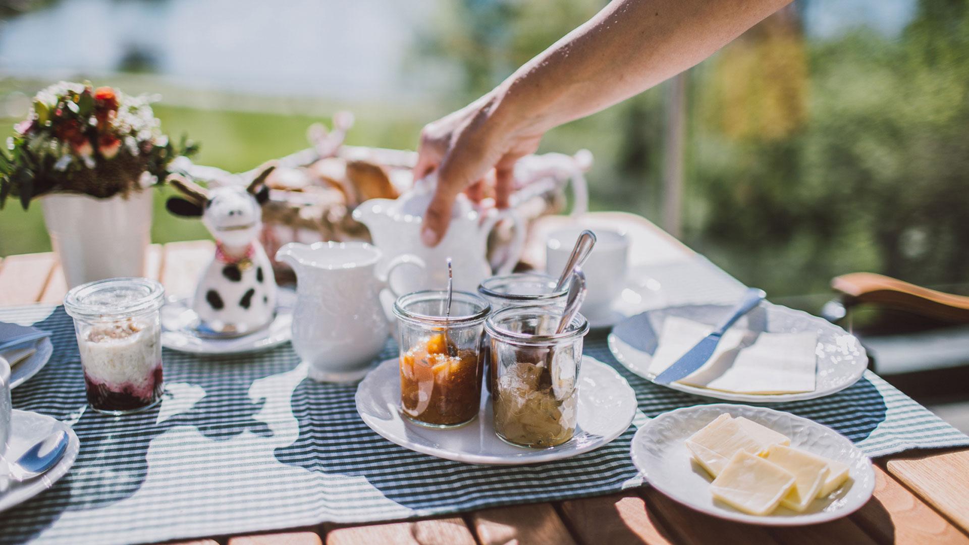 Ontbijt op het terras hotel Dreimaederlhaus
