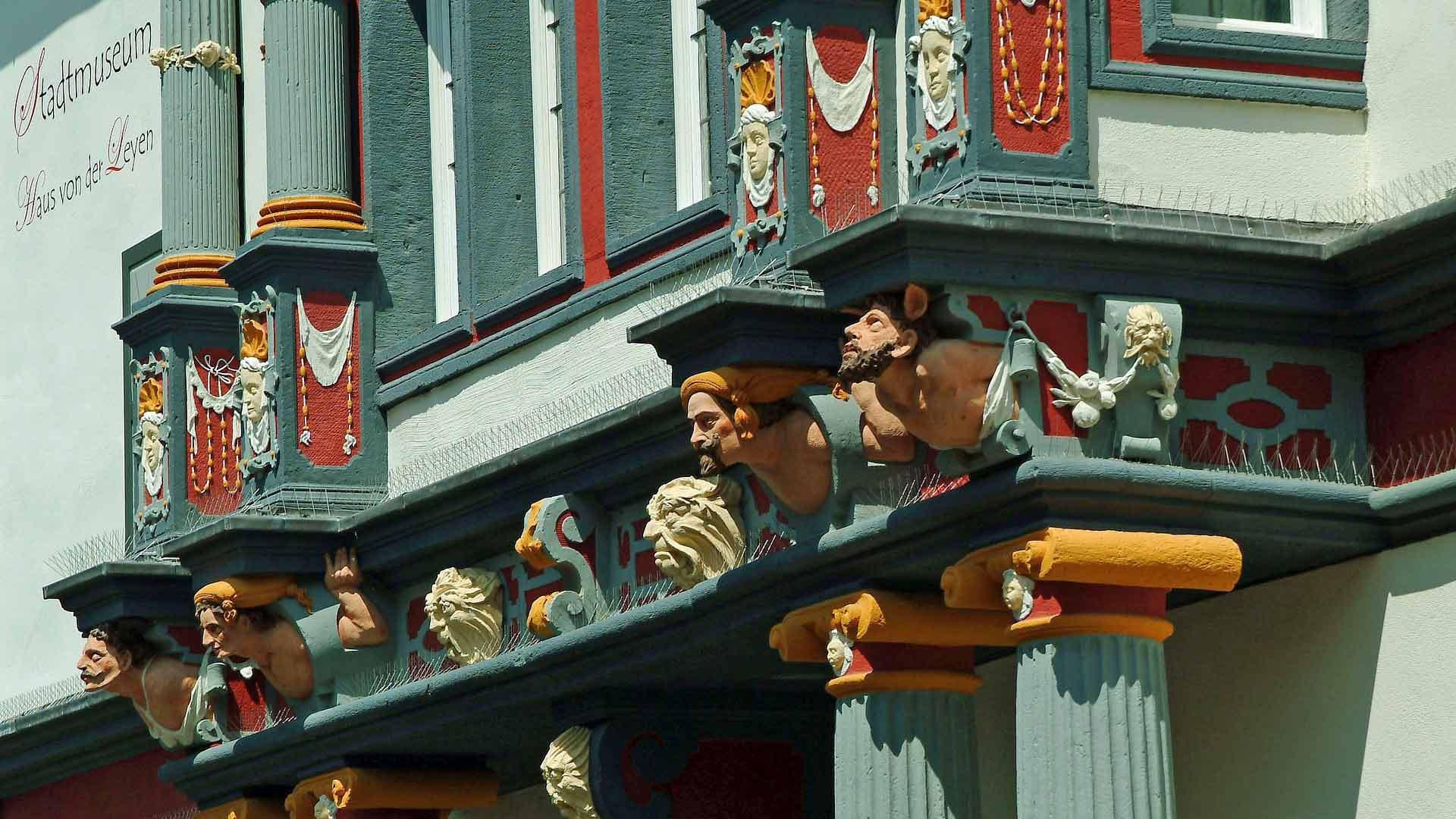 De prachtige gevel van het stadsmuseum in Andernach.