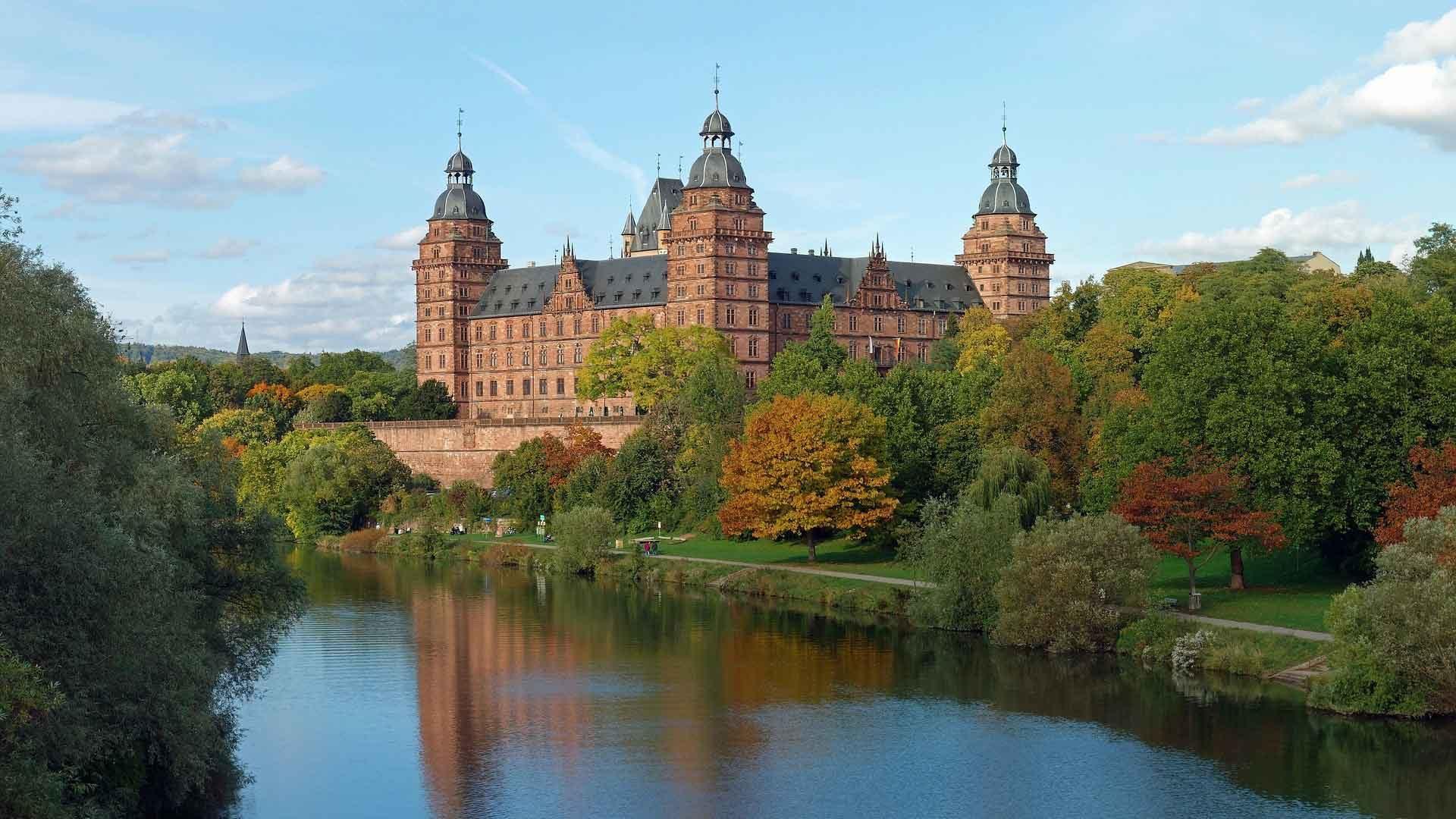 Het fraaie Schloss Johannesburg in Aschaffenburg ligt direct aan de Main.