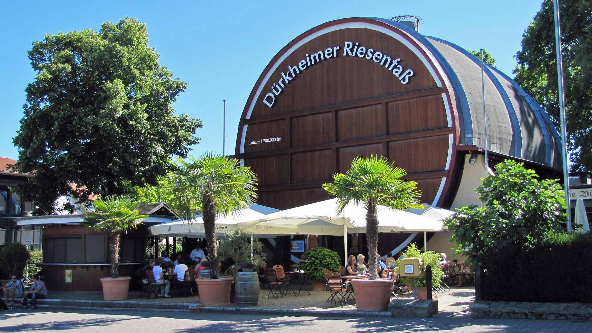 In het grootste wijnvat ter wereld in Bad Dürkheim is een restaurant gevestigd.