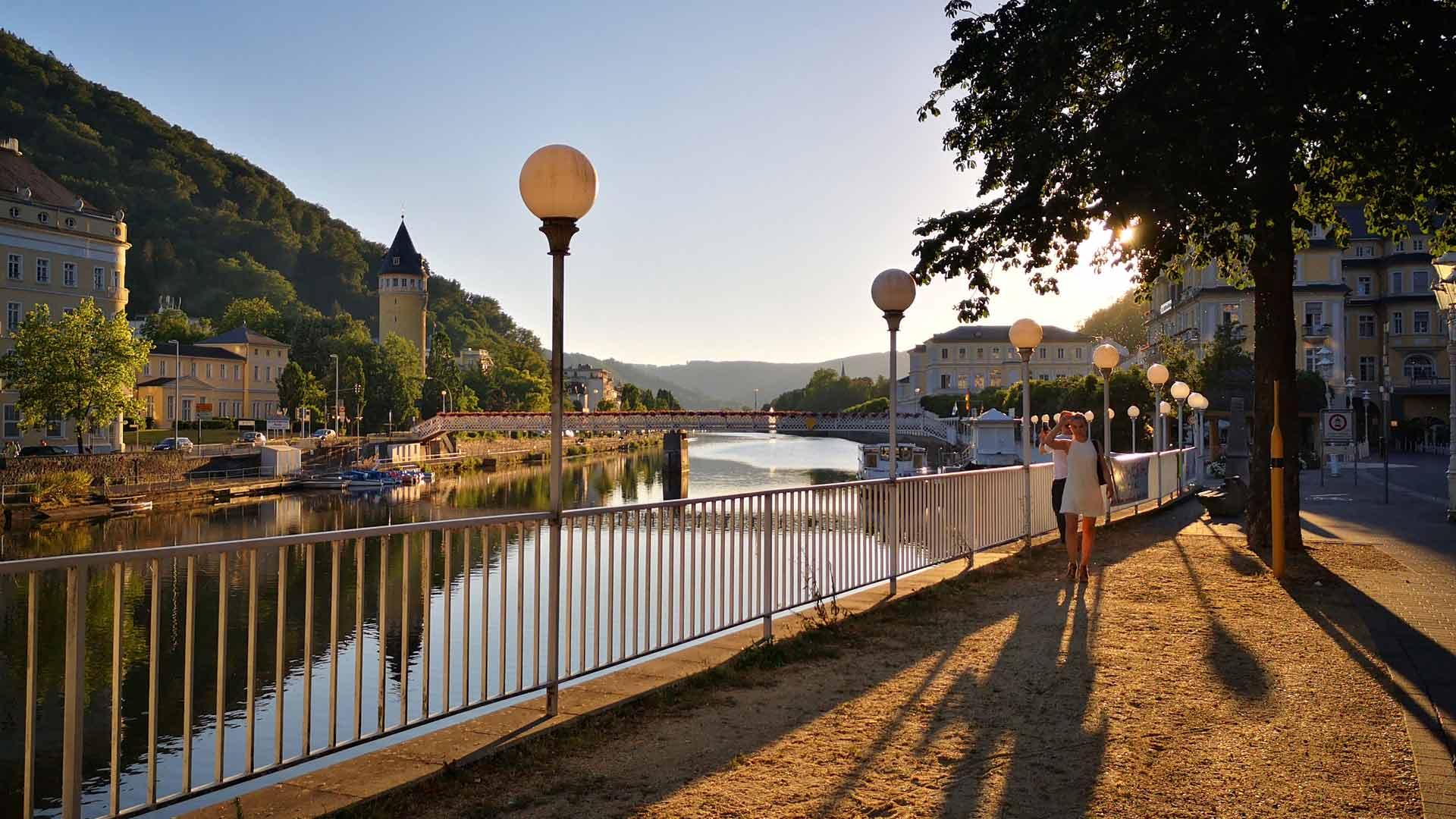 Flaneren bij zonsondergang in Bad Ems aan de Lahn.