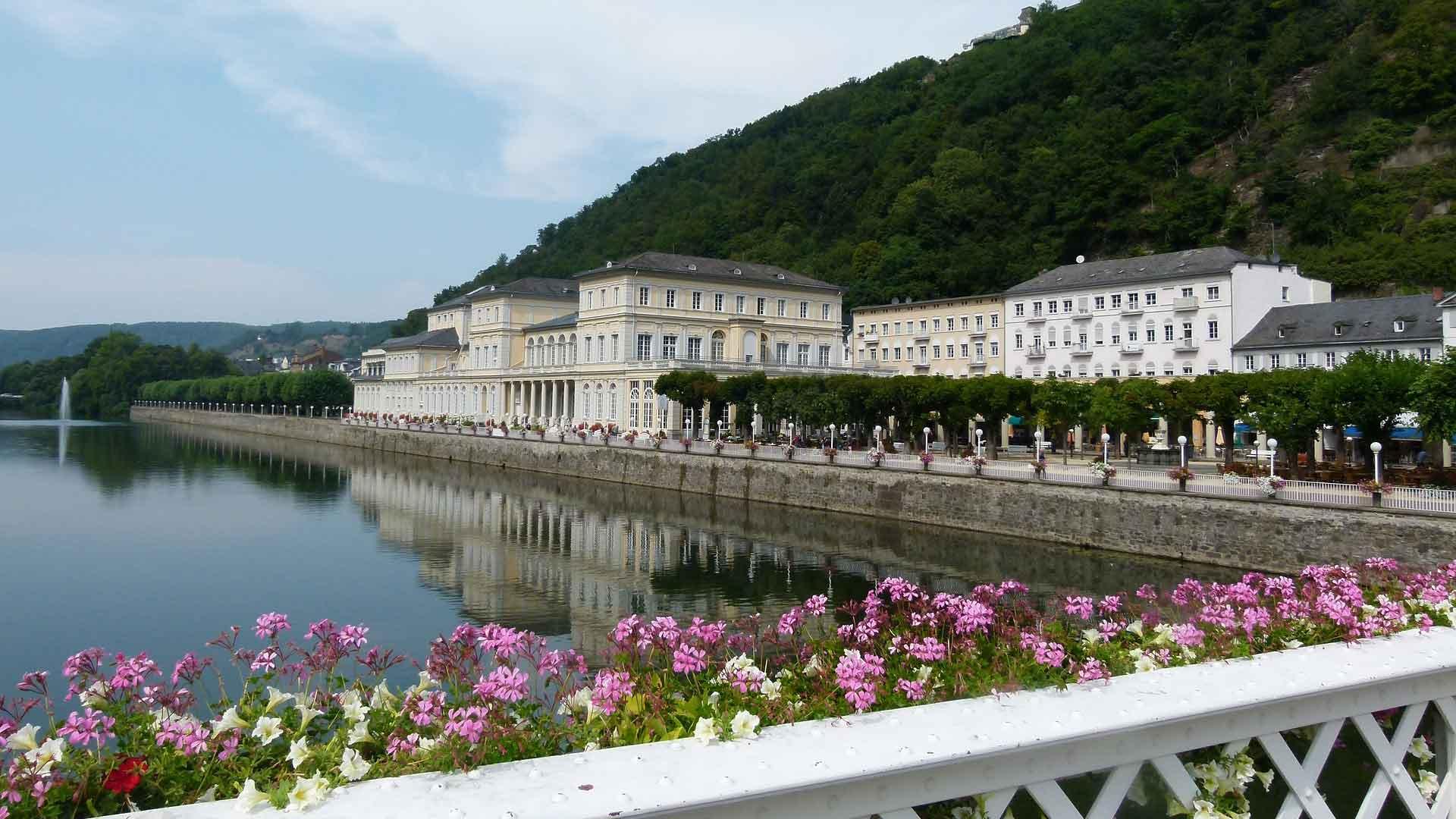 Het prachtige Kurhaus van Bad Ems ligt aan de Lahn.