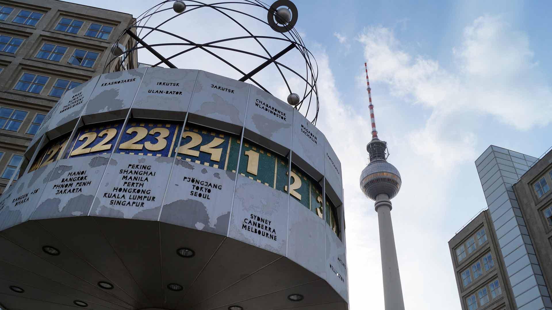 De wereldklok op de Alexanderplatz in Berlijn
