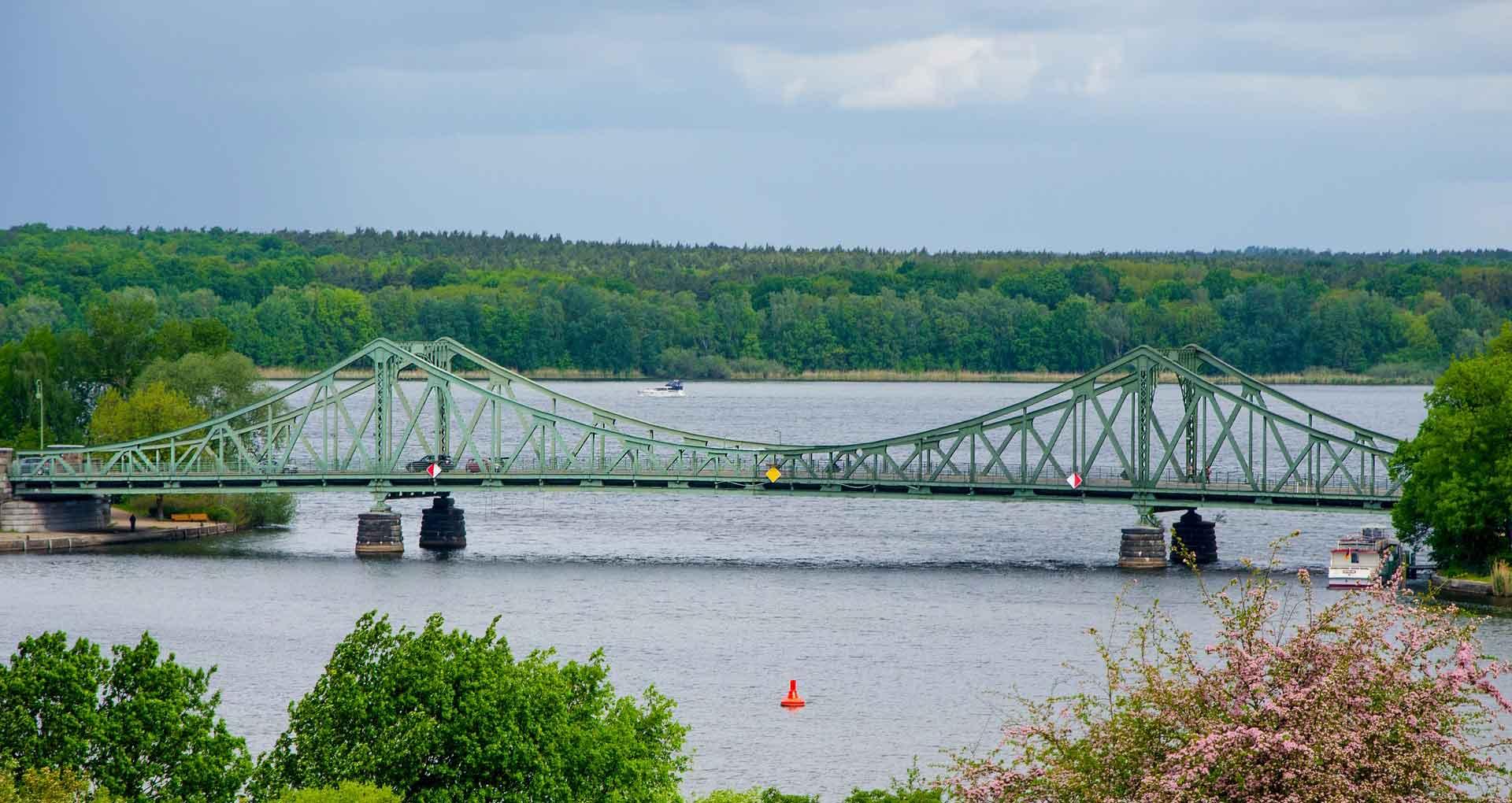 De Glienicker Brücke over de Havel: hier werden spionnen uitgewisseld tussen de DDR en BRD.