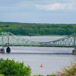 De Glienicker Brücke ontdekken tijdens de groepsreis fietsen rondom Berlijn. de spionnenbrug genoemd.