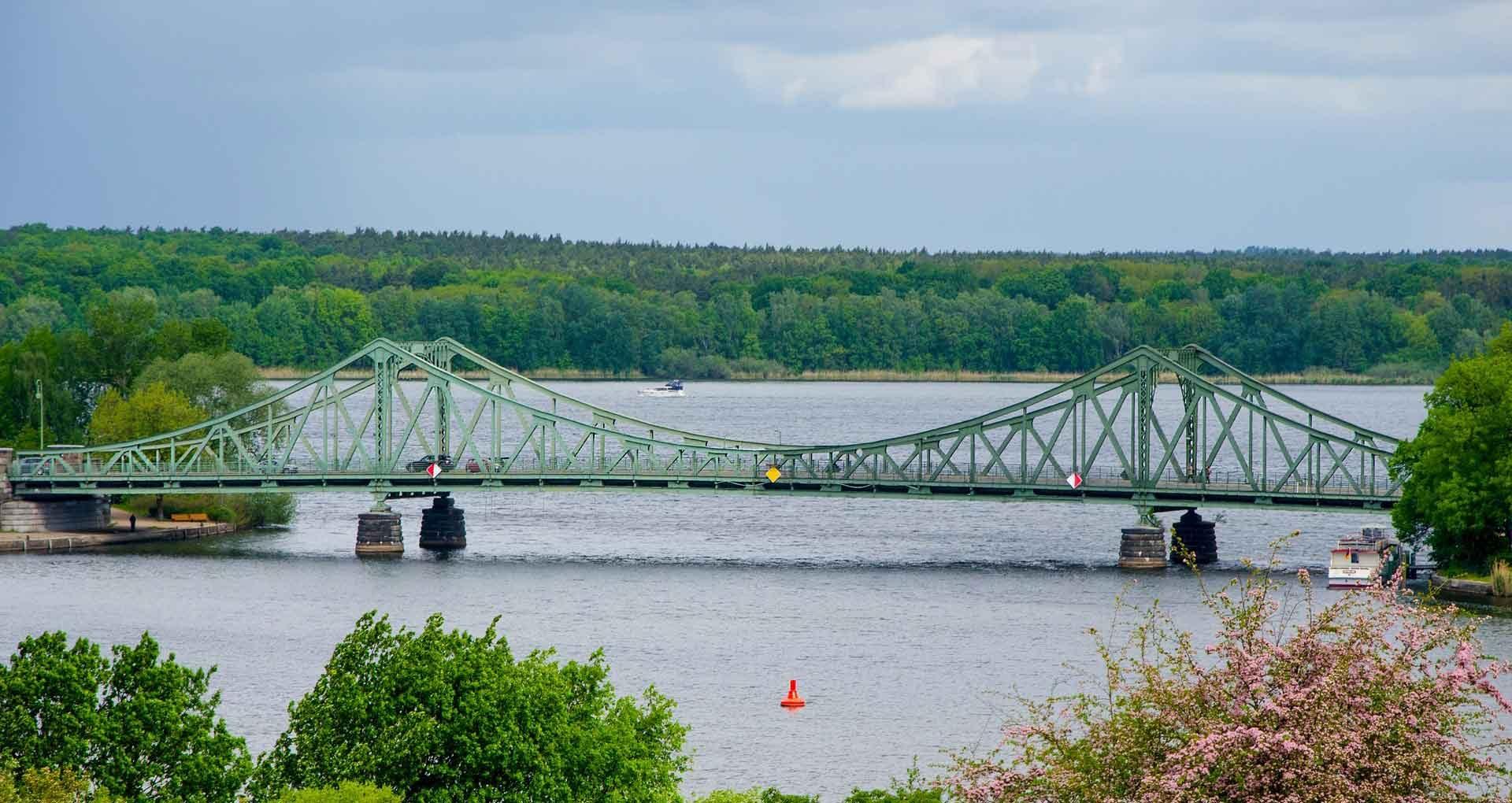 Havelradweg - De Glienicker Brücke over de Havel wordt ook wel de spionnenbrug genoemd.