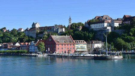 Meersburg vanaf het water: een bezienswaardigheid tijdens je fietsreis aan de Bodensee.