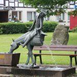 In Bodenwerder staan een aantal beelden die de verhalen van de leugenbaron van Münchhausen verbeelden.