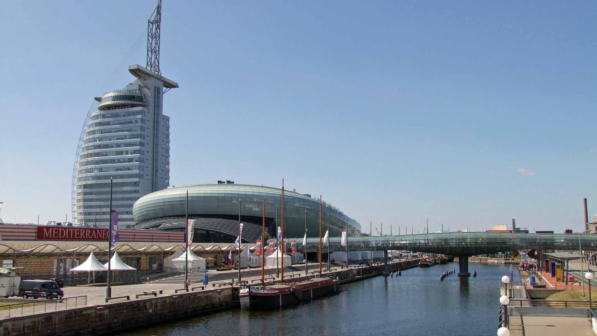 Het interessante Klimahaus Bremerhaven en het beeldbepalende Hotel Sail. © fietsvakantie-duitsland.nl