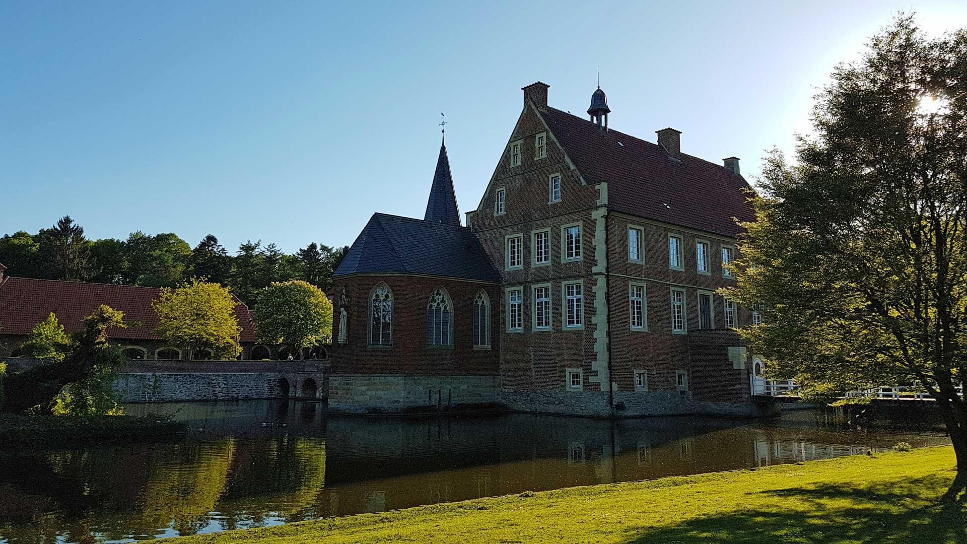 In Burg Hulshof in Havixbeck werd de beroemde Duitse dichteres Annette von Droste zu Hülshof geboren.