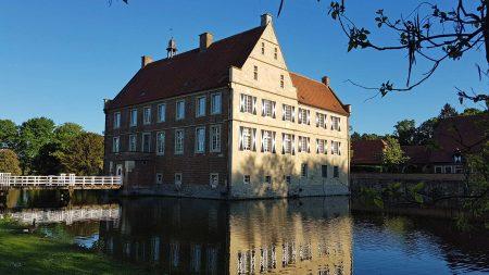 Burg Hülshof in Havixbeck ligt in een mooi landschapspark.