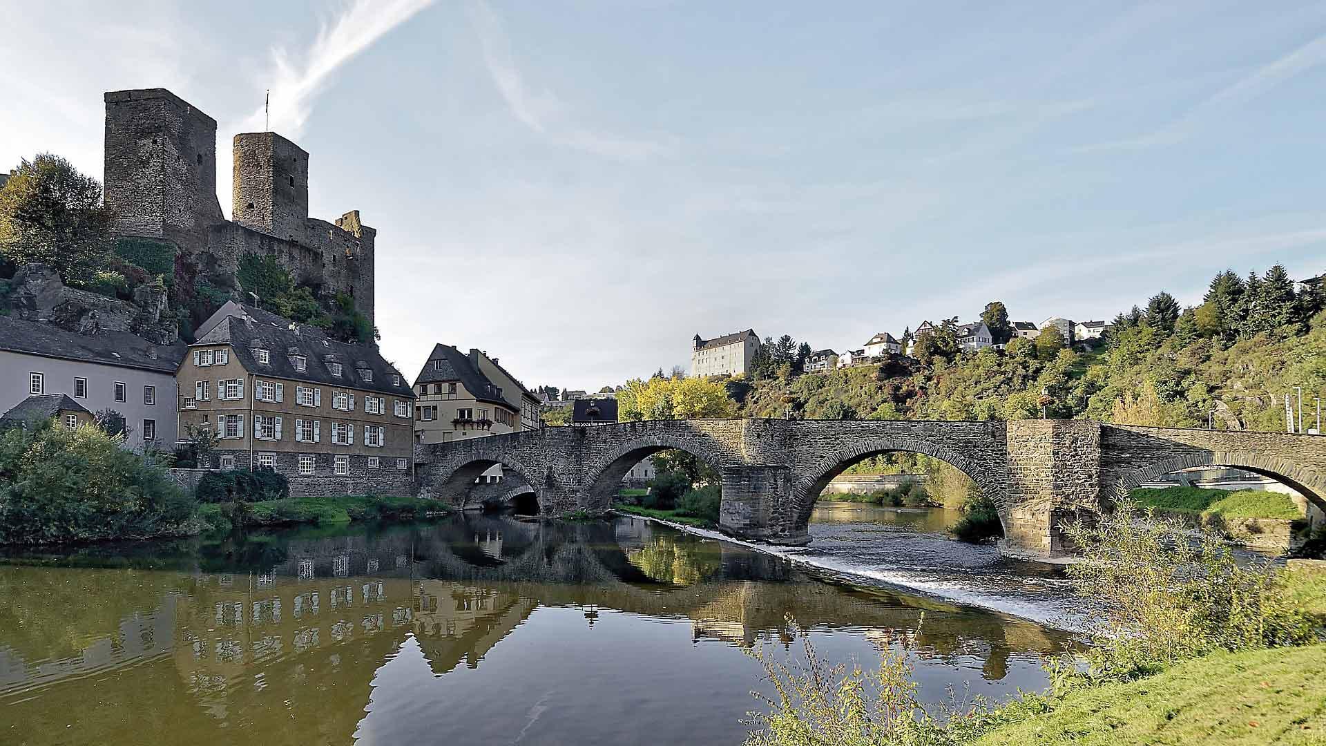 Burg Runkel torent hoog boven het stadje en de Lahn uit.