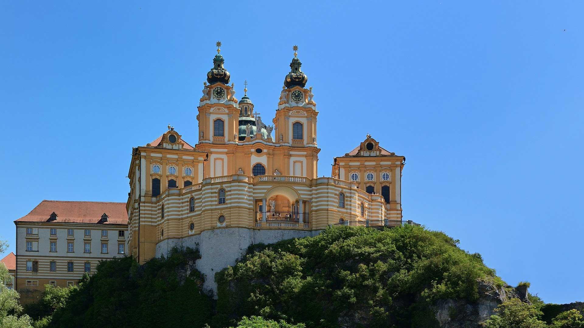 Het klooster van Melk torent boven het landschap uit