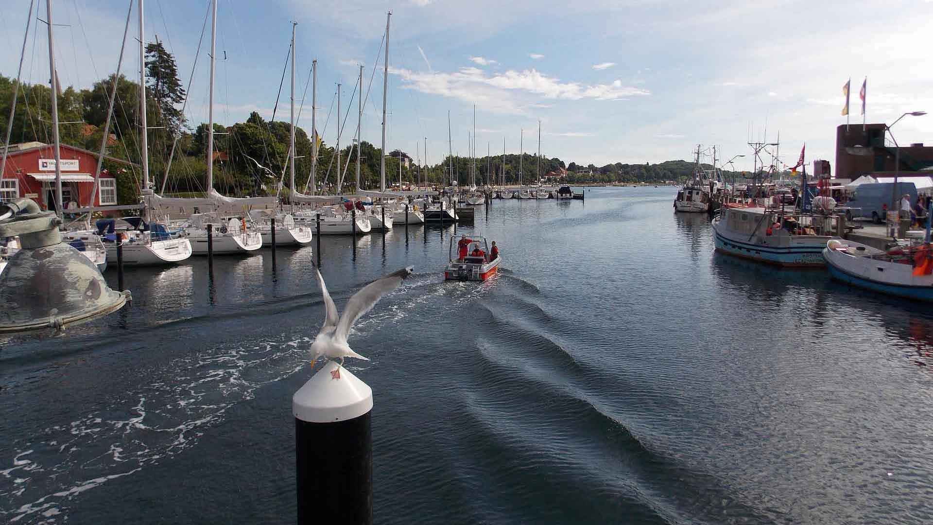 De havenplaats Eckernförde ligt aan een diepe inham van de Oostzee.