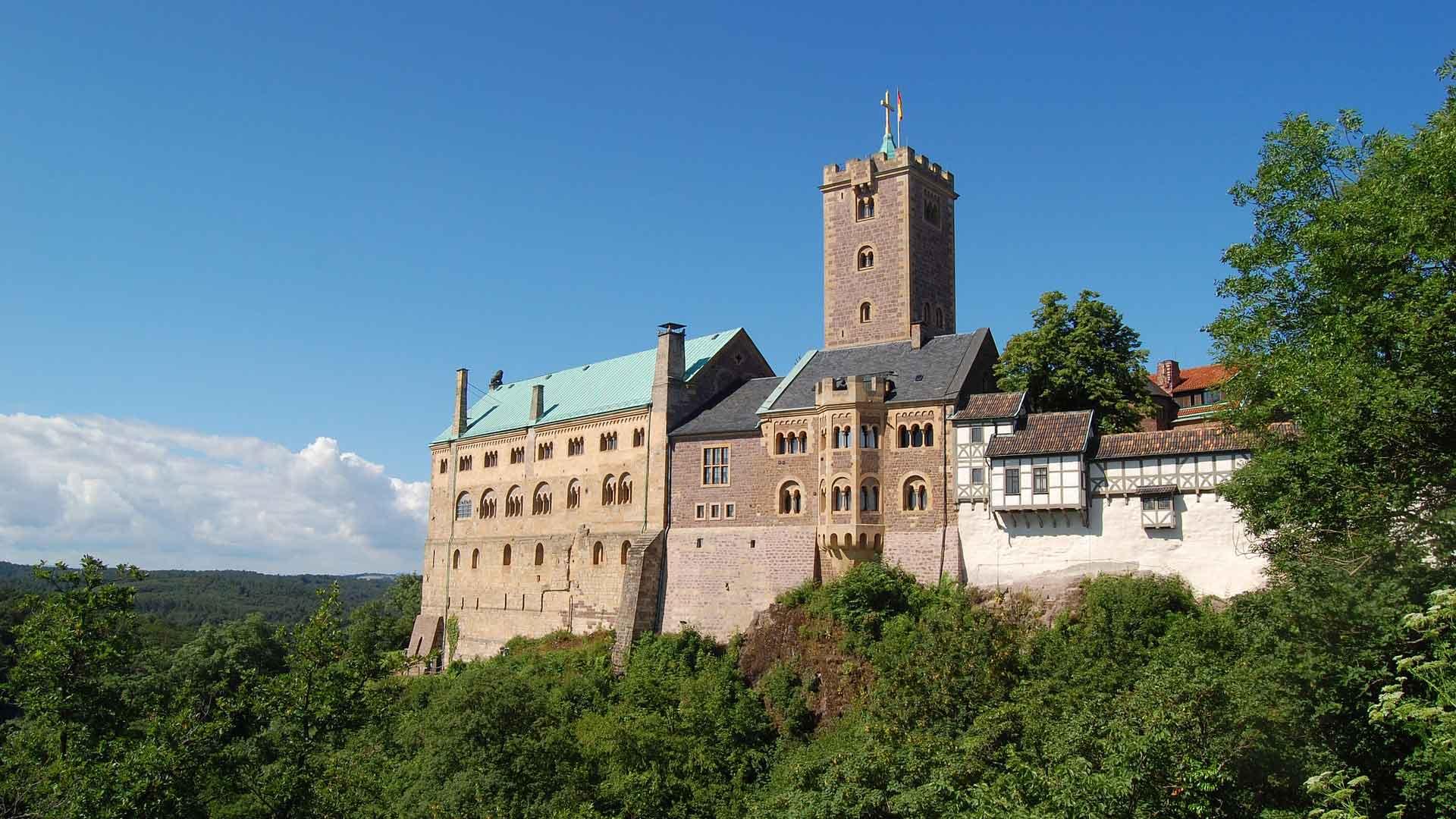 Op de Wartburg in Eisenach vertaalde Luther het Nieuwe Testament in het Duits.