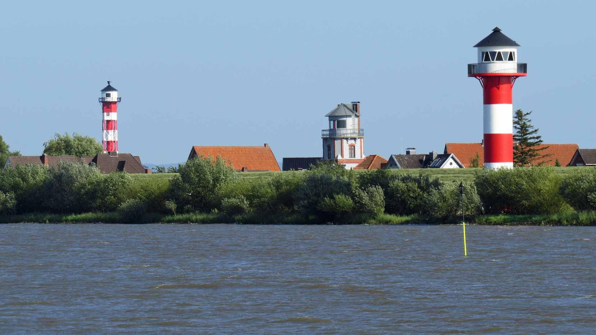 Elbe, dijk en vuurtorens in het Alte Land.
