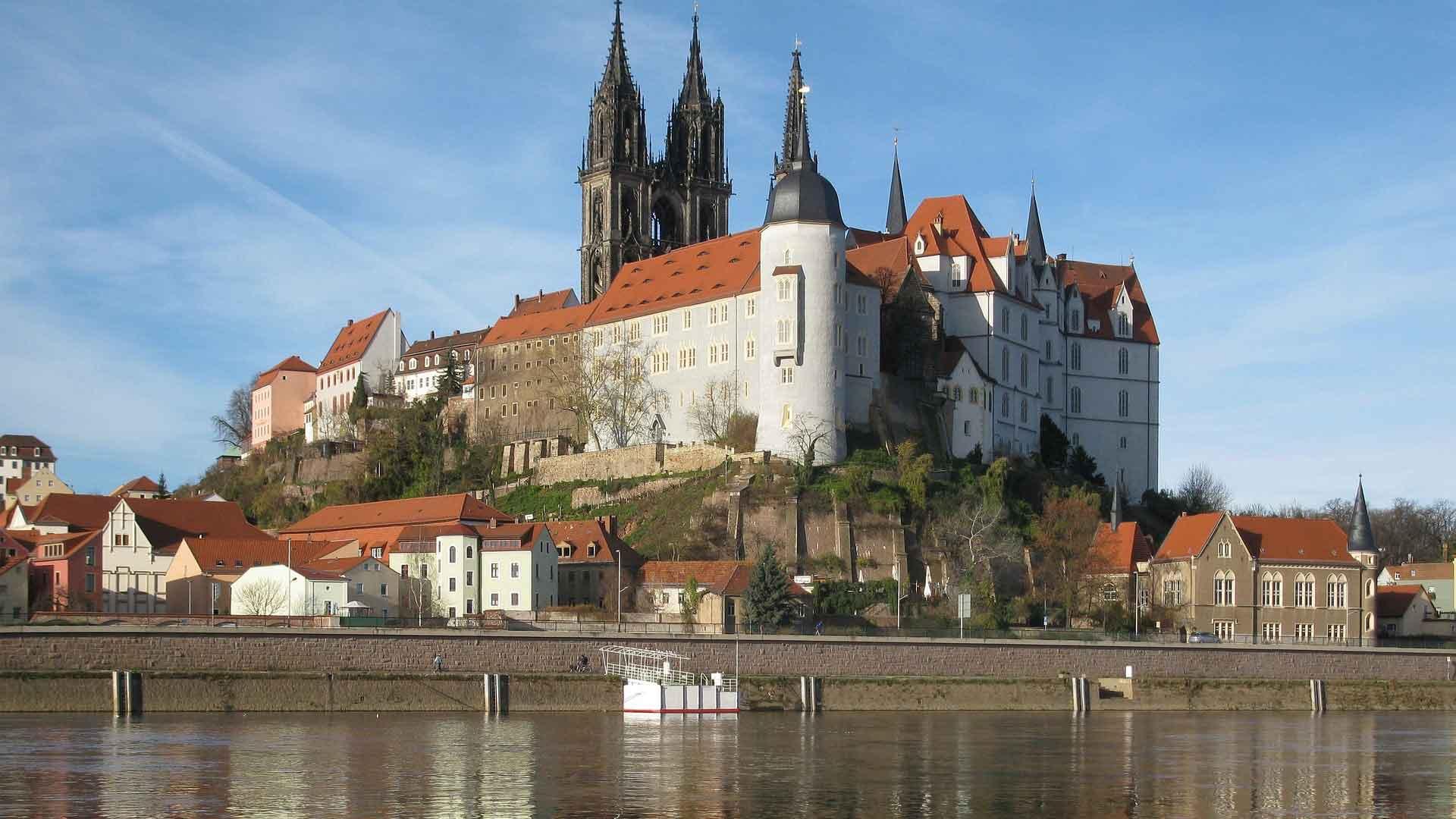 De Dom en de burcht van Meissen torenen hoog boven de Elbe uit.