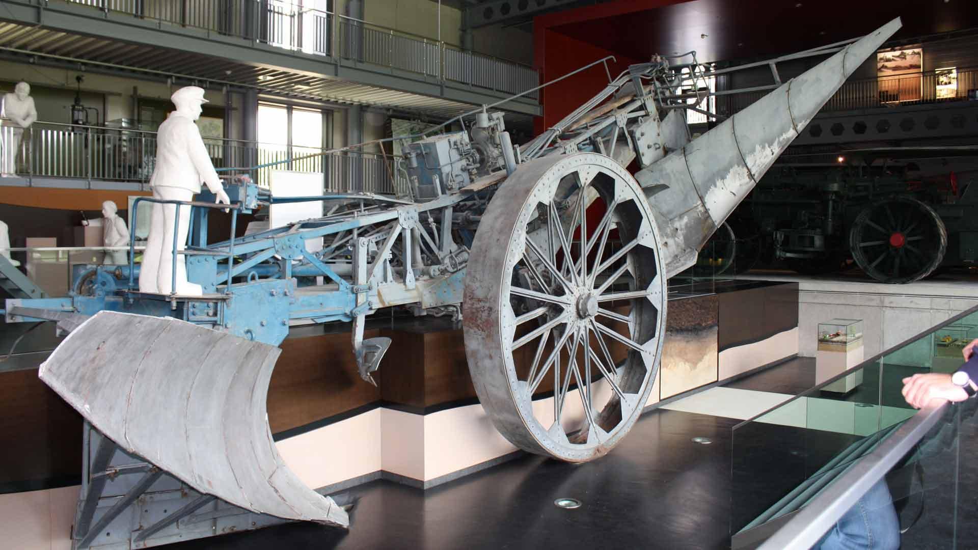De stoomploeg Mammut is de bekendste bezienswaardigheid in het Emsland Moormuseum in Geeste.