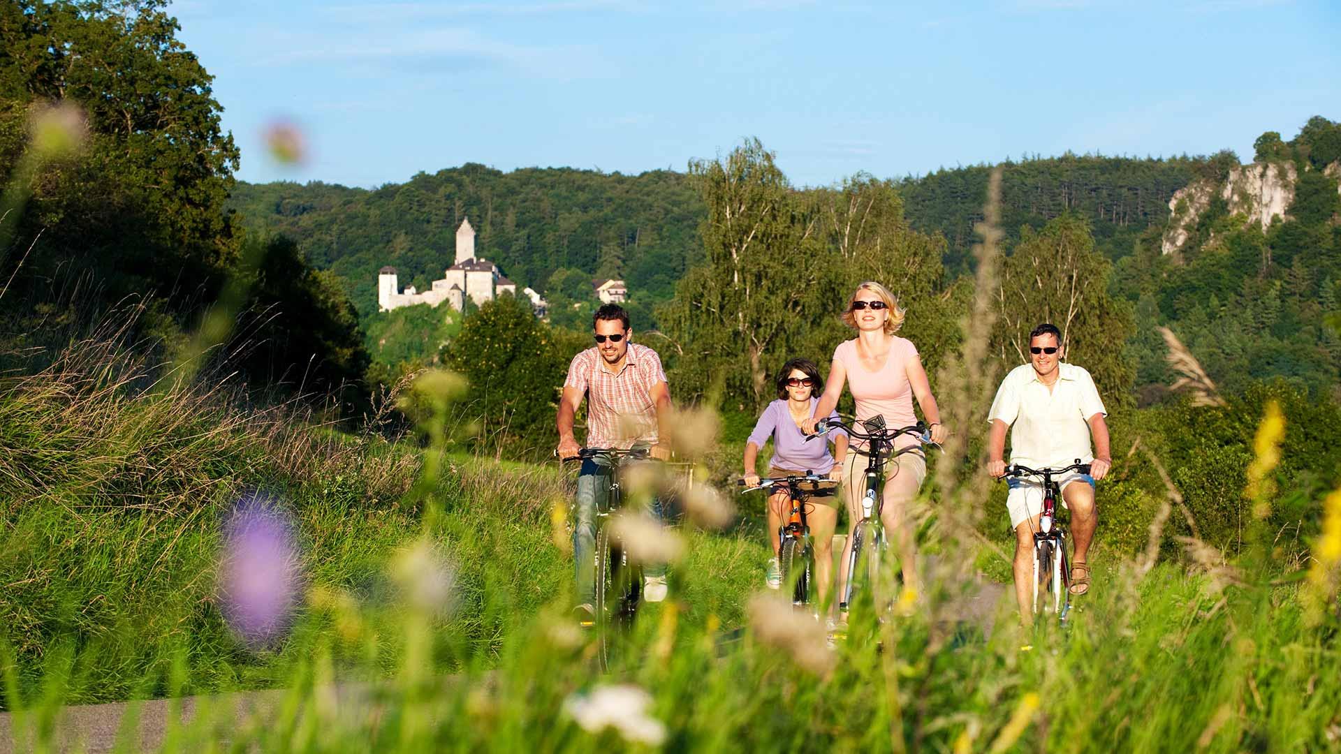 Fietsen in het Altmühltal met op de achtergrond Burg Kipfenberg